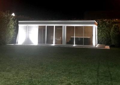 gazebo da esterno con sauna e vasca idromassaggio