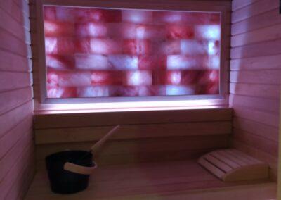 Sauna con parete di mattoni di sale Himalayano